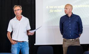 Thomas Andersson läser brevet på årsmötet. VIK:s ordförande Pär Södergren lyssnar.