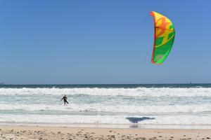 Jesper i full färd med att kitesurfa.Bild: Privat