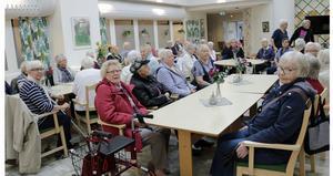 Måndagen var sista dagen för Åsens café . Men massor av pensionärer samlades och protesterade. Fram på dagen meddelade kommunen att de backar  - caféet stänger inte utan fortsätter hålla öppet.