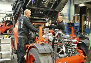 Arkivbild: Två av Lindes montörer vid anläggningen i Ormesta, Örebro, bygger om en av dagens större och modernare truckar åt en kund.