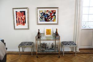 Mycket av konsten i huset är köpt på auktion.