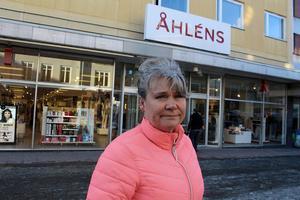 Många butiker kommer att få det tufft när Åhléns stänger, säger Susanne Sakofall. Nu riktar hon en uppmaning och vädjan till alla boende i bygden att stötta de kvarvarande butikerna så det inte blir ännu fler nedläggningar.