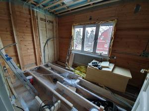 Det var när de renoverade badrummet och flyttade dess vägg som de uppdagade föremålen i golvet. FOTO: Ingela Östberg