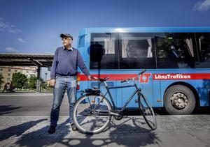 Jan Gunnarsson vill slå larm om att man snart inte kan ta med cykeln på länsbussen. De nya bussarna saknar nämligen cykelställ.