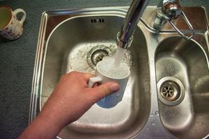 Skribenten tycker att vi ska vara rädda om vårt dricksvatten.