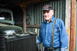 Acke Pettersson framför sin veteran-lastbil. En Volvo med gengasaggregat.– Den är suverän, och var ovärderlig under tiden då det inte fanns diesel eller bensin, säger han.