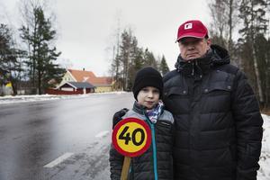 Oskar och Torbjörn Samuelsson önskar att bilisterna höll hastigheten genom Stennäset.