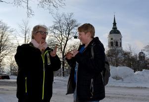 Annelie Sowell möter 14-årige sonen Jiro i centrala Härnösand när hans lektioner på Kristinaskolan är slut för dagen.