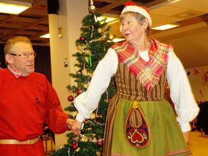 Annelie Hörnlund kom i Själevads folkdräkt och Göran Nyström i Norrbottens folkdräkt.