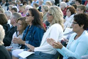 Solen sken på den omkring 400 personer stora publiken som såg ut att trivas. Gammal som ung hade lockats till allsångskvällen.