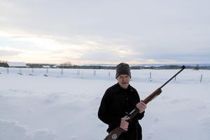 Olle med sitt Mausergevär som han använde bland annat vid OS i Grenoble