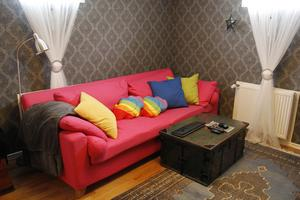 Husets enda riktiga soffa finns i källaren. Här finns också en tv.