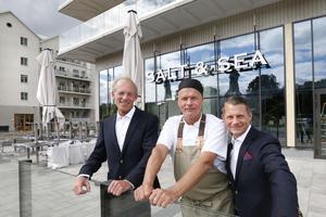 Snart öppnar den nya restaurangen Salt & Sea i Soltornet i Norrtälje Hamn. Kökschef Dennis Johansson, concierge Alexander Skiöldsparr Irving och Tomas Tihanyi jobbar tätt tillsammans.