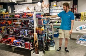 Lekextras butikschef Erik Lindström hade gärna plockat bort fler vapen, om inte efterfrågan vore så stor.