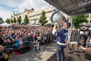 Calle Gunnarsson kysser Stanley Cup-pokalen inför tusentals åskådare på Stortorget.