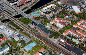 Enligt gällande detaljplan blir huset en förlängning av den befintliga trafikledningscentralen som fortsätter över dagens pendlarparkering och ansluter till Gävle energis fjärrvärmepumpstation. Fotomontage MAF-arkitekter