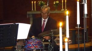 Med tindrande ögon höll Kenneth Nordwall i trumpinnarna då allt under konserten flöt på så fint för kapellmästaren. Foto: Kjell Larsson
