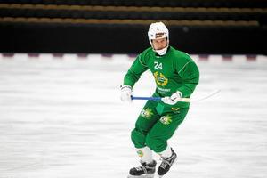 Kalle Spjuth fick kliva av i den första kvartsfinalen mot Vetlanda. Nu har han gått på is igen men något mer spel blir det inte för anfallaren den här säsongen.