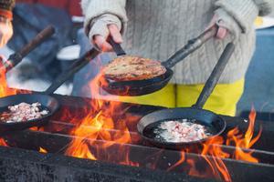 Att laga kolbullar är ett sätt att återknyta till forbondetraditionen.