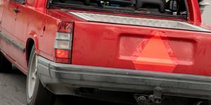 Väldigt många epatraktorer, mycket låga Volvos och ett gäng Nissan-traktorer. Flera med rejäla stereoanläggningar och utan avgassystem, gör vad de kan (genom att spela högt och gasa hårt) för att störa husbilar och lastbilar som nyttjar platsen, skriver insändarskribenten. Bilen på bilden har inget samband med texten.