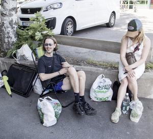 Andreas Sandberg från Falun med vän väntar på att fler ska ansluta sig utanför Coop i Norberg. De ska ner och bada innan musiken drar igång igen fram emot kvällen.
