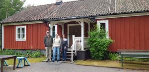 Stig Geber, Barbro Gramén och Isabella Magnerholt (här med dottern Dorothée) står framför Grödinge Hembygdsförenings hus Vasastugan i Vårsta. Det är en gammal prästgård från slutet av 1600-talet.