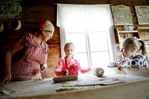 Anna-Lena Rosberg, Elin Stenmark och Linn Stenmark höll ugnen varm i bakstugan under aktivitetstorsdagen på hembygdsgården i Pålgård.