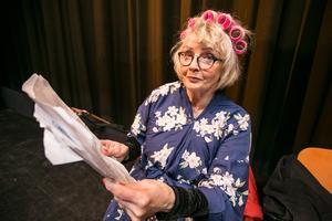 Färdigklädd med morgonrock och papiljotter i håret för den första scenen gick Vivi-Ann Nylander igenom replikerna en sista gång.