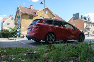 De nya farthindren på Skolhusallén irriterade bilisterna, men på kommunen var man oförstående till klagomålen.