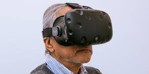 Anish Kapoor är en av samtidskonstnärerna vars verk går att uppleva med hjälp av VR-teknik. Här har han själv på sig ett par VR-glasögon liknande dem som går att låna i Kommunhuset i Ljusdal på lördag. Pressbild