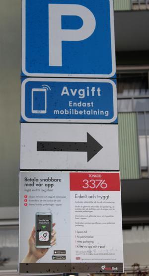 Man måste betala p-avgift med sin mobiltelefon om man vill parkera utanför PRO-lokalen i Ösmo. Foto: Ulla Laiho