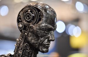 Vi står nu  på tröskeln till nästa form av intelligens, det vill säga AI eller artificiell intelligens. Det här modellhuvudet gjort av motordelar från Essens motorshow 2019 får illustrera AI.FOTO: AP