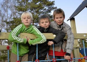 Simon Öhrn, Lukas Eriksson och Mikael Sjöberg hade inget emot att testa de nya lekredskapen vid Trekanten i Fellingsbro.