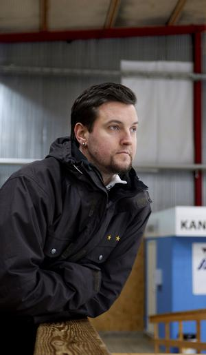 Daniel Bergman följer sonens hockeyträning i ishallen.