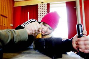 Hanna Modin ser mer lycklig än ansträngd ut när hon bryter ner armen och vinner i Östbergsskolans aula.