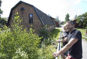 Paret har stormtrivts från första stund i Virsbo. I bakgrunden Bruksgården och familjens sommarhus.