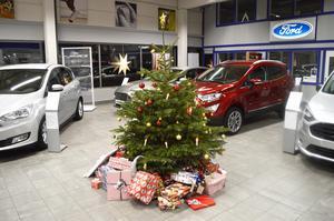Bilforum i Hedemora har ställt upp en gran där man kan lämna julklappar som sedan Röda Korset delar ut.
