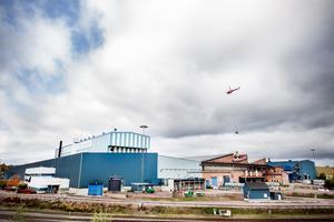 Taket på lite av signaturbyggnaden för SSAB i Borlänge, den blåvita pyjamashuset, är del av det som byts ut.