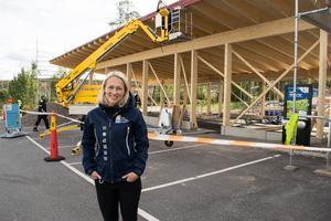 Cajsa Hagberg, projektledare för Återbruket, är mycket nöjd med konstverken eleverna har gjort.