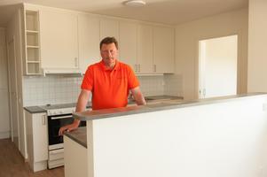 Ingemar Hellström (s) vice kommunalråd, visar köket i en av lägenheterna.