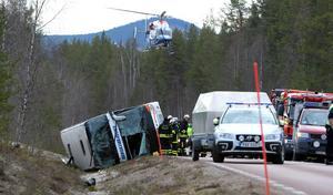 På 141 meter kör bussen av E 45, kantrar och kanar i diket tills det tar stopp. Ett förlopp på  ett par sekunder som kostar tre unga människor livet. 38 personer skadas. Foto Nisse Schmidt