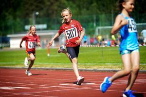Maja Ene från Sundsvalls Friidrott gillar att springa 60 meter, snabb som hon är.