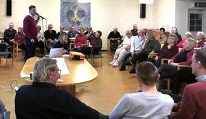 Thomas Hjelmqvist som är vd för Lekebergsbostäder AB berättar om Lebos planer för 50-talet intresserade Mullhyttebor i Furuhöjdens samlingssal.Foto: Privat