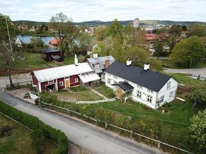 Fastigheten kallas Khunegården och är en klassisk byggnad i Hedemora daterad till sent 1700-tal. Foto: Linslusen Avesta