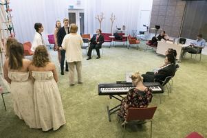 De sommarjobbande skådespelarna i Östersunds sommarteater repar för fullt. Under torsdag och fredag spelas årets föreställning upp, som består av två pjäser. Regissör är Mikaela Pålsson.