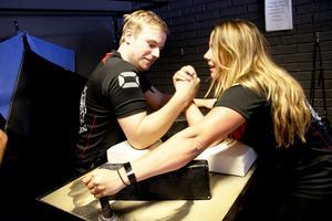 Helst ska man bryta mot någon som är starkare än man själv – här är det Gabriel Andersson från Järvsö, och Amanda Forsman, Gävle som kämpar mot varandra.