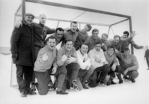 Selånger SK:s bandylag, som söndagen den 2 mars 1969 via 4–4 mot Lesjöfors IF säkrade avancemang till högsta serien, då division I. Stående i övre raden från vänster: Erik Ohlsson (lagledare), Kalle Hammarstedt (tränare), Janne Erlandsson, Bernt Lind, Sonny Nyberg, Hans Jonsson, Lars-Åke