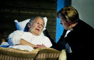 En förtätad scen på dödsbädden mellan fadern Jonas Söderblom (Stig Engström) och Nathan (Erik Ehn).