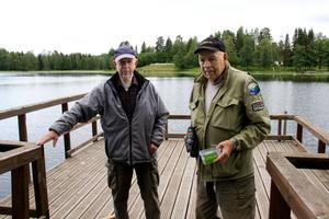 Hans Lundberg och Örjan Westling är båda aktiva inom Hofors Fiskevårdsområdesförening, som byggde bryggan tillsammans med Hofors kommun och Länsstyrelsen Gävleborg.