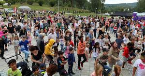 Många var de som tog plats framför scnenen och deltog i gymnastikövningarna som leddes från scenen.